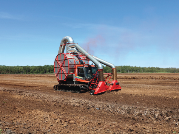 Special extracting machine obtain peat particles from the surface of field